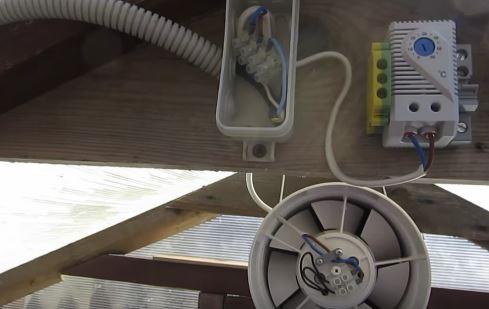 Система проветривания и нагрева теплицы из поликарбоната