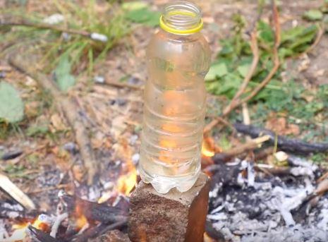 пластиковая бутылка на костре