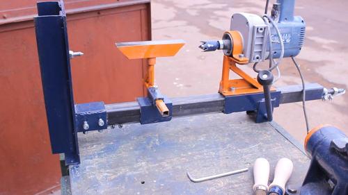 """Самодельный токарный станок по дереву Автор - ведущий канала youtube """"Zhelezjaka"""". Это стойка для дрели, доработанная определенным образом.Для начала положим набок и отключим патрон для дрели. Вместо патрона закручен дрель, который будет играть роль передней бабки. Зубчатая насадка для фиксации деревянных заготовок на токарном станке, сделанном своими руками. Станина стойки исполняет функцию задней бабки. В специально просверленное отверстие закрутим заточенный болт с контргайкой. Зажимаем деревянную заготовку, передвигая каретку и зажимаем два винта, фиксирующие в этом положении. Всё работает. Не хватает опорной площадки для резцов. Состоит из двух половинок. Сделана специально разборной, чтобы регулировать под разные заготовки. На станке она вставляется в кронштейн и регулируются как по направлению, по вылету и высоте по отношению к заготовке. Для проведения токарных работ нужен специальный инструмент. Но за его отсутствие мастер использовал заточены старые напильники, которых много в гараже. Это необходимо, чтобы просто показать станок в работе. Вытачивать что-либо на станке - работа не очень сложная. Это даже очень интересно. Главное условие здесь, никуда не торопиться. После обтачивания заготовки и шлифовки наждачкой получилось две ручки для напильников. По переделке. Настроение мастер добавил уголок. Приварил, чтобы уравнять высоту направляющие штанги, общие для сверлильного и токарного станков. Поставил кронштейн. Закрутил болт с конусом. Сделал переднюю бабку. Этот самодельный станок можно использовать как сверлильный. Необходимо только поднять. С передней бабки снять шип. Поставить патрон со сверлом. Убрать шип с низу. Деревянные заготовки можно точить на всю длину стойки. С диаметром, гораздо больше, чем при изготовление ручки. Мощности этого миксера дрели хватит, чтобы обработать такую заготовку. Фрезерный станок из дрели своими руками Каким только испытанием не подвергал мастер свою стойку для дрели. Высверливать 19 мм отверстие в металле. После этого ра"""