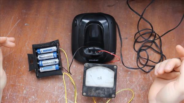 Зарядка для аккумуляторов AAA из базы телефона