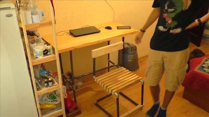 стул из стальных водопроводных труб.