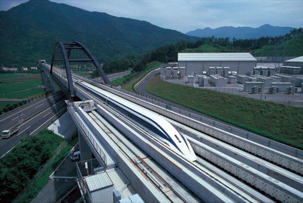 Японский поезд на магнитной подушке развивает скорость 603 км / ...