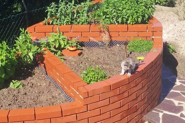 Использование остатков красного кирпича в саду и огороде