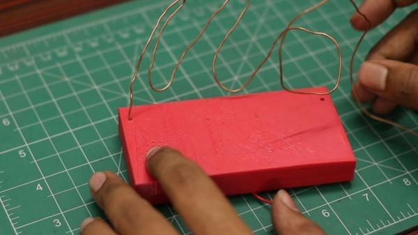 Электрическая игрушка из проволоки