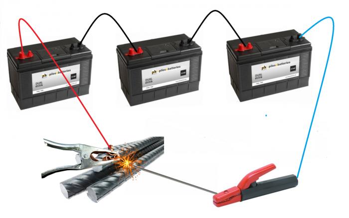 Три 12-вольтовых аккумулятора соединены последовательно, чтобы получить достаточное для сварки напряжение 36 Вольт